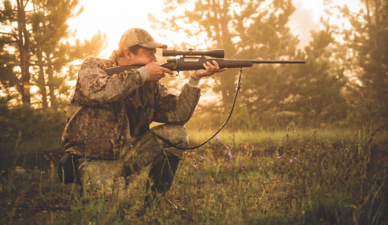 lovac nišani divljač kroz optiku