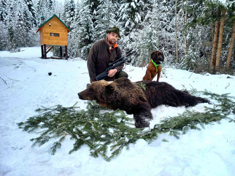 Lovac sa ulovljenim medvedom
